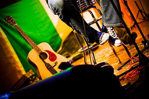 Zwei Schuhe, eine Gitarre und Konfetti. Helau!