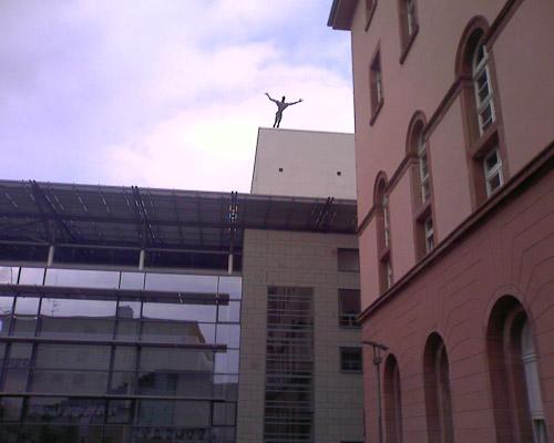 Suizid als Kunst (auf dem Dach des Staatstheaters Mainz)