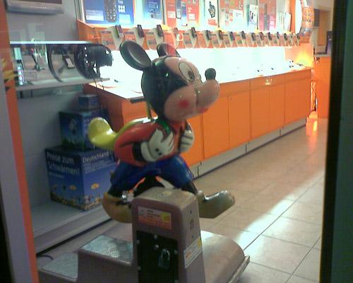 Der große Aktionsgerätevergleich Teil 4: Beim Gemischtanbietershop gibt es hingegen eine etwas antiquierte Mickey Mouse aus Restbeständen. Nicht sehr sexy!