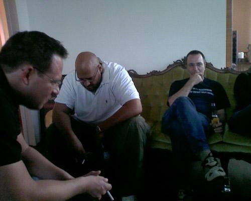 Ein fast schon historisches Foto: Sascha F., Moses P. und Udo M. sitzen in Moses P. seinem Musikzimmer. Letztere auf der Couch vom Rödelheim Hartreim Projekt und hören das neue Sabrina Setlur Album