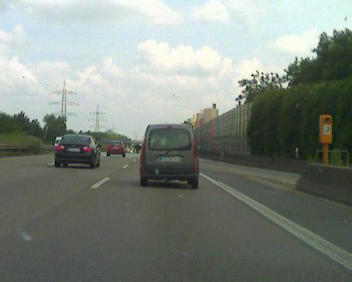 Mein Fahrlehrer sagte immer, man kann ein Auto nicht einseitig beladen. Kann man doch: Wenn man nur aufgequollen genug ist. Mich würde der Reifenzustand auf der linken Seite interessieren.